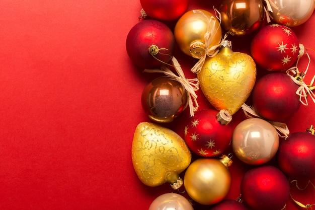 Weihnachts- oder des neuen jahreszusammensetzung mit feiertagsdekorationen