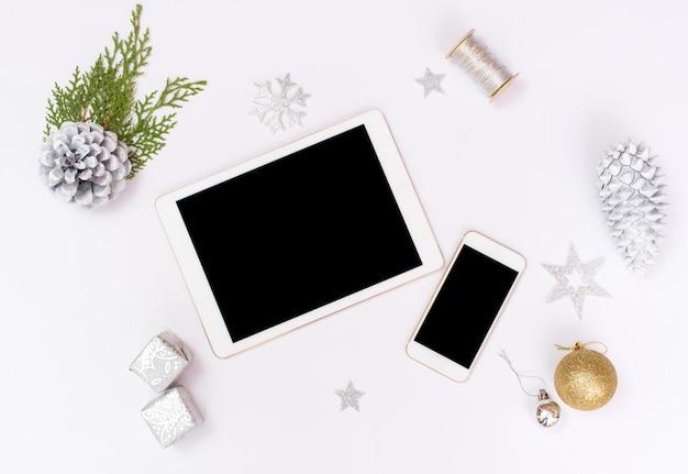 Weihnachts- oder des neuen jahrhintergrund ipad tablette iphone smartphone goldglaskugeln