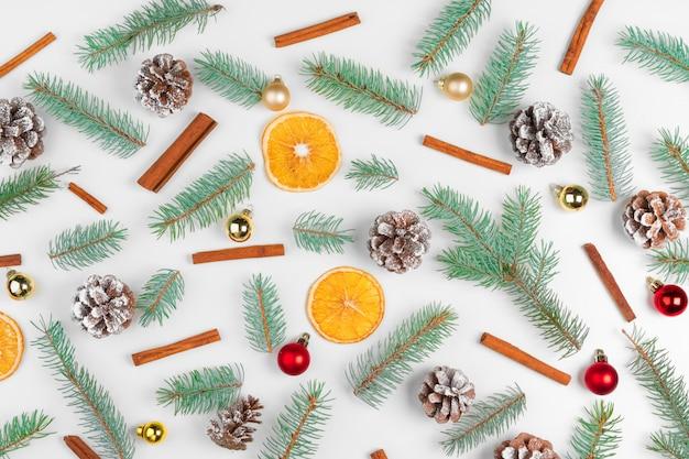 Weihnachts- oder neujahrsdekoration mit tannenbaum, trockenen orangen und kegeln