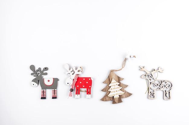Weihnachts- oder neujahrshintergrund mit mit hölzernen umweltfreundlichen dekorationen auf weiß,
