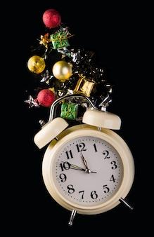 Weihnachts- oder neujahrshintergrund mit retrowecker und weihnachtsdekorationen