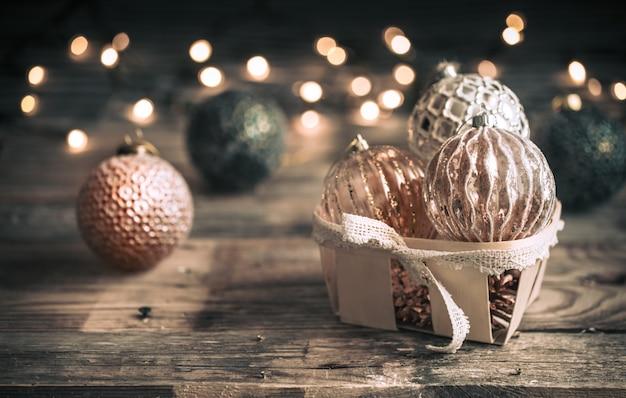 Weihnachts- oder neujahrshintergrund, vintage-spielzeug auf dem weihnachtsbaum