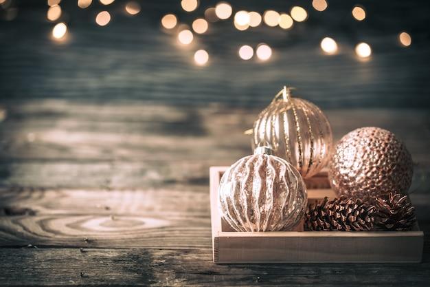 Weihnachts- oder neujahrshintergrund, vintages spielzeug auf dem weihnachtsbaum
