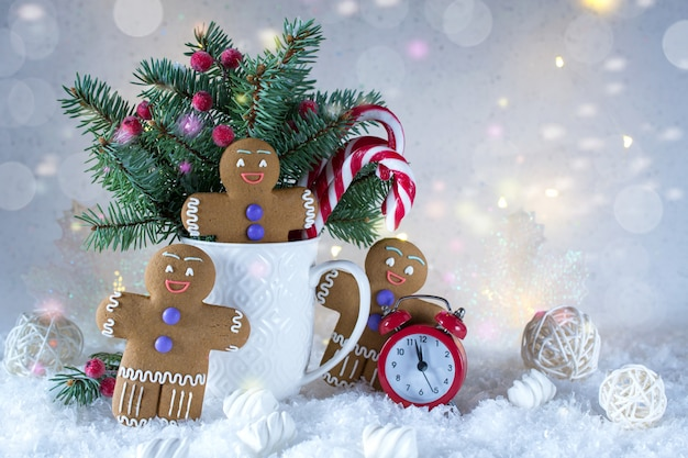 Weihnachts- oder neujahrskarte. tasse mit tannen, zuckerstangen und ingwerplätzchen.