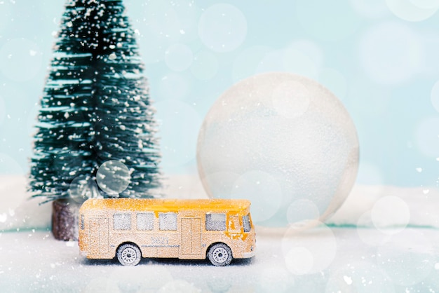 Weihnachts- oder neujahrskomposition, dekoration mit glaskugel-schneekugel