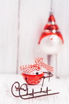 Weihnachts- oder neujahrskomposition mit kleinem schlitten