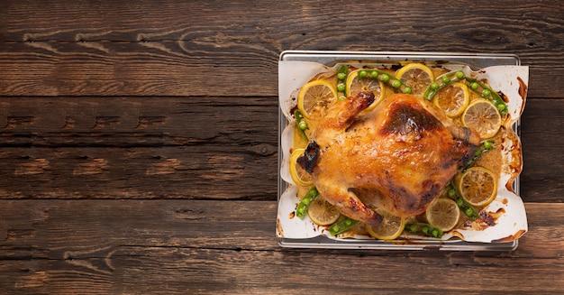Weihnachts- oder thanksgiving-ente mit gewürzen im ofen gebacken.