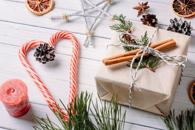 Weihnachts- oder valentinstaghintergrund mit dekoration, draufsichtebenenlage