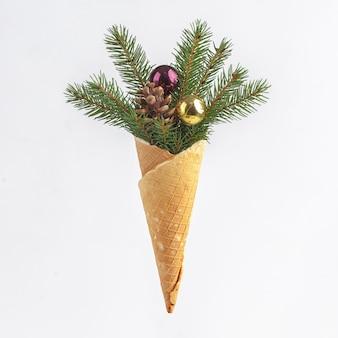 Weihnachts silvester komposition. weihnachtsdekoration in waffelhörnern für eis