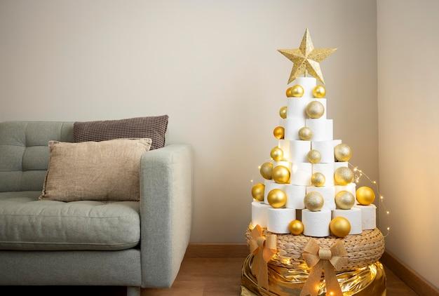 Weihnachts-toilettenpapierbaum mit goldenen weihnachtskugeln