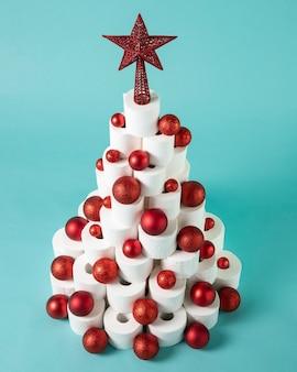 Weihnachts-toilettenpapierbaum mit roten weihnachtskugeln
