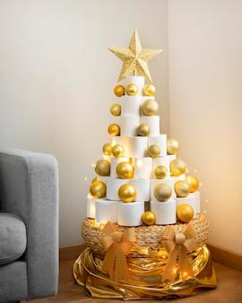 Weihnachts-toilettenpapierbaum mit weihnachtslichtern