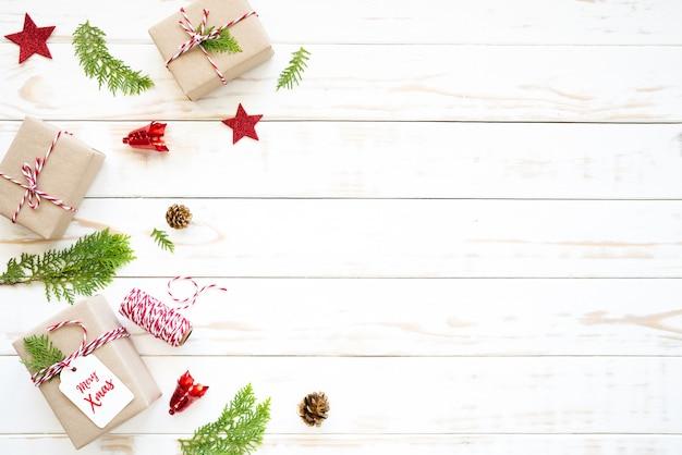 Weihnachts- und des neuen jahres, draufsicht der geschenkbox, kiefernkegel auf einem hölzernen weißen hintergrund.