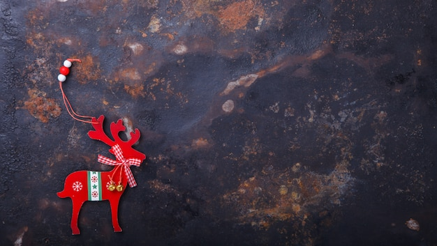 Weihnachts- und des neuen jahresdekoration auf einem dunklen hintergrund