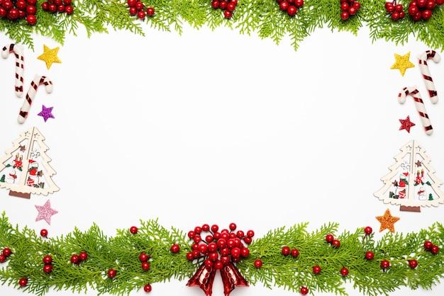 Weihnachts- und des neuen jahreshintergrund, draufsicht von fichtenzweigen, kiefernkegel, rote beeren