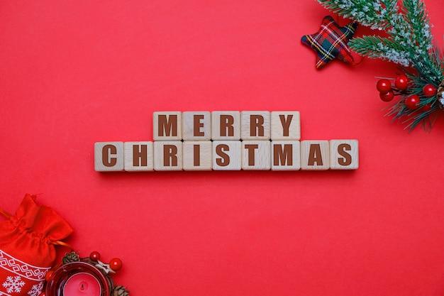 Weihnachts- und des neuen jahreskonzept 2020, hölzerne würfel und dekorationen auf rot