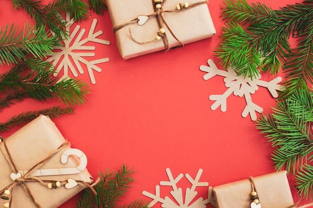 Weihnachts- und des neuen jahreszusammensetzung auf einem roten hintergrund, draufsicht