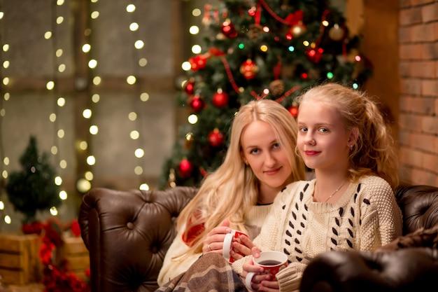 Weihnachts- und familienkonzept - mutter und tochter