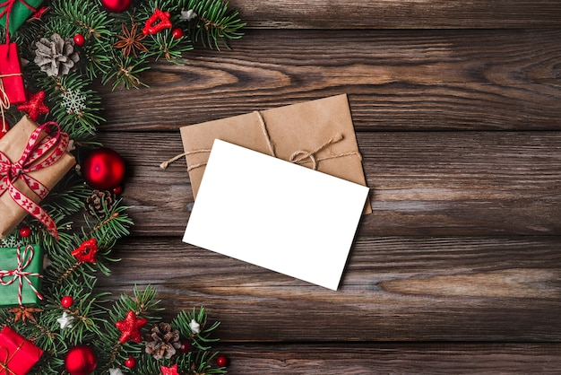 Weihnachts- und frohes neues jahr-grußkarte mit tannenzweigen, geschenkboxen, dekorationen