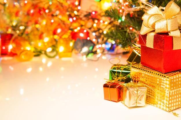 Weihnachts- und guten rutsch ins neue jahr-geschenkboxen und kopienraum für text auf hellem hintergrund