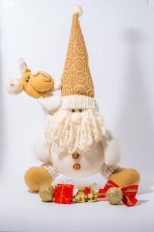 Weihnachts- und neujahrsdekoration auf rustikalem altem hölzernem brett bestehen geschenkbox, bälle, silv