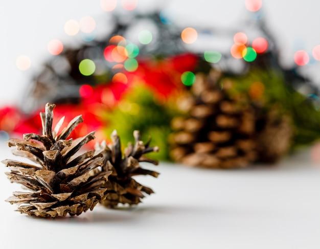 Weihnachts- und neujahrsdekoration auf weißem raum