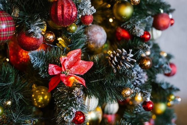 Weihnachts- und neujahrsdekorationen mit lichtern. konzept und hintergrund.