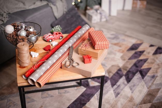 Weihnachts- und neujahrsdekorationen mit papier, schnur, kerzen.