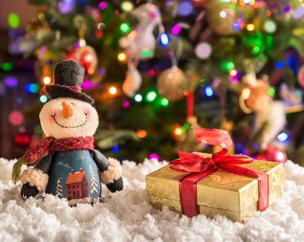 Weihnachts- und neujahrsdekorationen über fesrive neujahrsbaum.