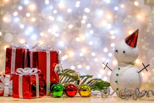 Weihnachts- und neujahrsdekorationen werden ins licht gerückt. es gibt bokeh glühen. platz an der spitze für ihre formulierung.