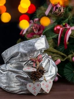 Weihnachts- und neujahrsfeier mit einer magischen tasche mit geschenken und glänzender dekoration auf dem weihnachtsbaum.