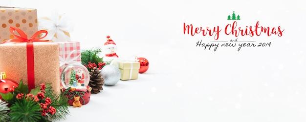 Weihnachts- und neujahrsfeiertaggeschenkbox mit dekorativer verzierung auf tabelle.