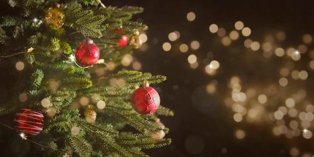 Weihnachts- und neujahrsfeiertagshintergrund mit weihnachtsbaum