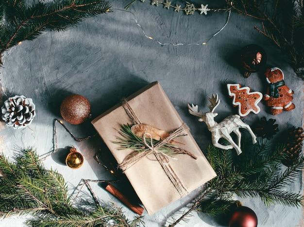 Weihnachts- und neujahrsfeiertagshintergrund und -tapete. weihnachtsdekoration spielt auf dem dunkelgrauen hintergrund