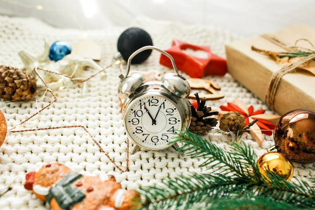 Weihnachts- und neujahrsfeiertagshintergrund und -tapete. weihnachtsdekoration spielt auf einem hellgrauen hintergrund
