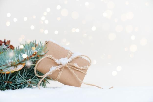 Weihnachts- und neujahrsfeiertagshintergrund. weihnachtskarte. weihnachtsbaum