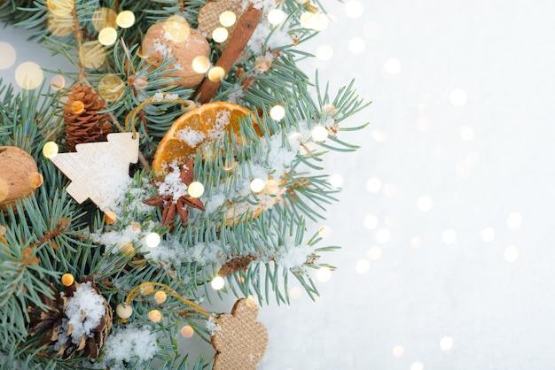 Weihnachts- und neujahrsfeiertagshintergrund. weihnachtskarte. weihnachtshandwerksgeschenke und weihnachtsbaum