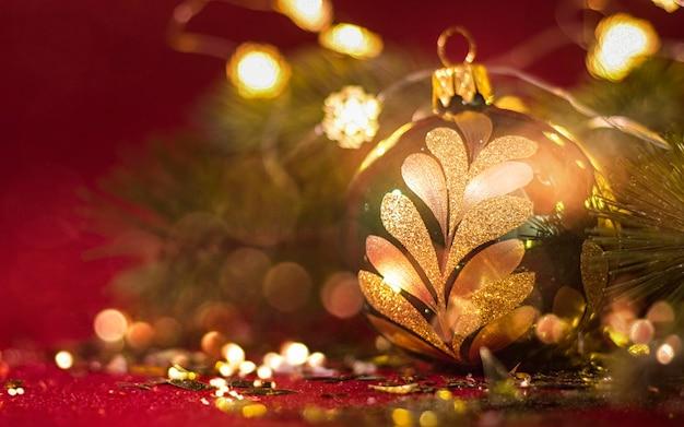 Weihnachts- und neujahrsfeiertagszusammensetzung auf draufsicht des weißen marmorhintergrundes.
