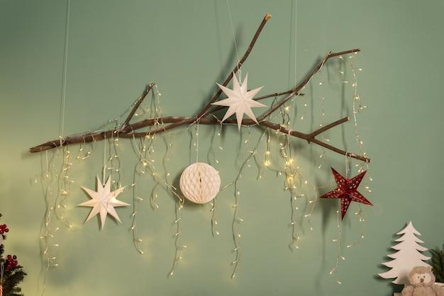 Weihnachts- und neujahrskarte. schöne autorendekoration mit weihnachtskugeln