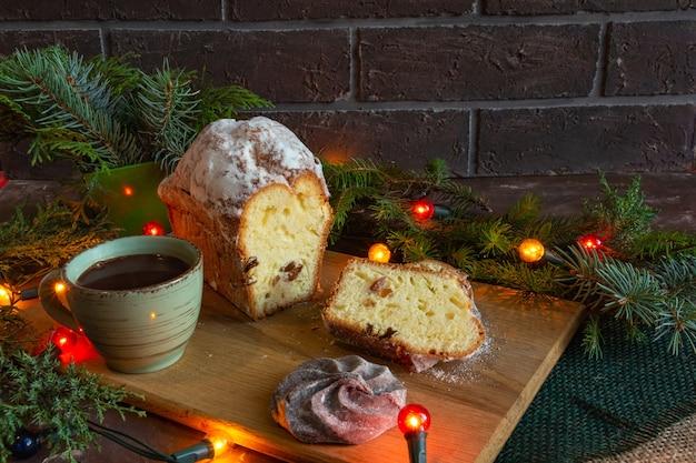 Weihnachts- und neujahrskompositionen auf braunem hintergrund kegel fichte lebkuchen kopie raum flach l...