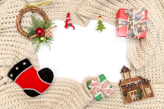 Weihnachts- und neujahrsornament und geschenkbox auf winterstrickschal