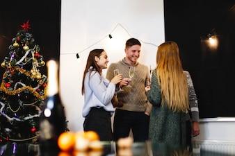 Weihnachts- und Neujahrsvorbereitungen. Firma von attraktiven glücklichen jungen Leuten feiert