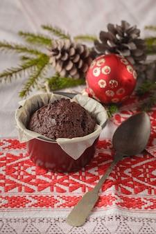 Weihnachts- und neujahrswinterzusammensetzung von zwei kuchen auf schneebedecktem holz mit grünen tannenzweigen
