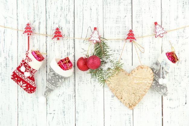 Weihnachtsaccessoires hängen an weißer holzwand