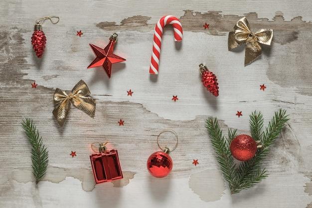 Weihnachtsaccessoires und süßigkeiten auf einem vintage-tisch.