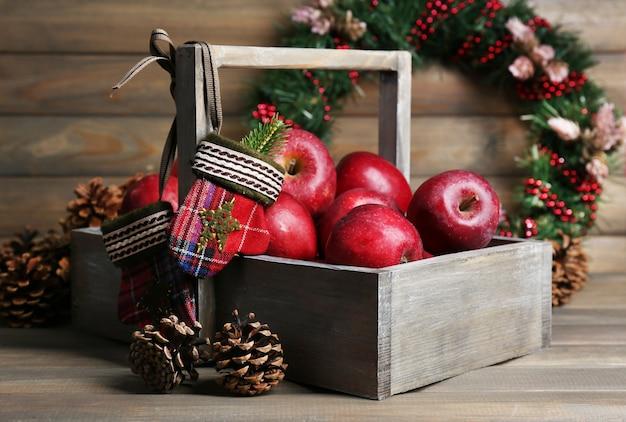 Weihnachtsäpfel auf holztisch Premium Fotos