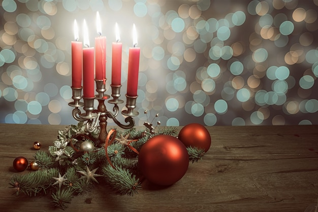Weihnachtsanordnung auf holz mit weihnachtsbaum, flitter und kerzen