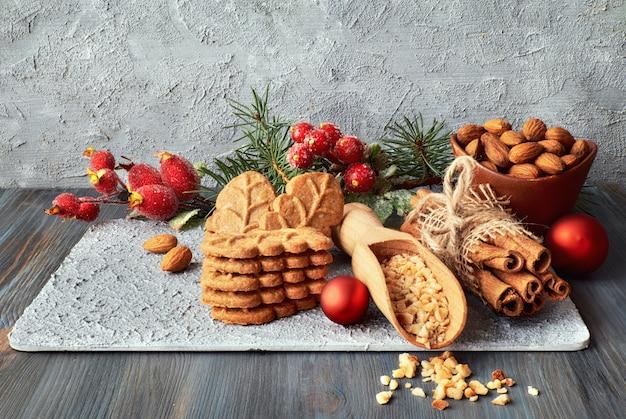 Weihnachtsanordnung mit mandelblattplätzchen, -mandeln und -zimt