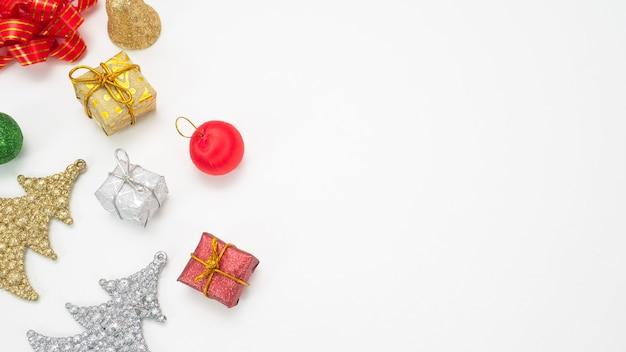 Weihnachtsartikel auf weißem hintergrund isoliert draufsicht kopie raum