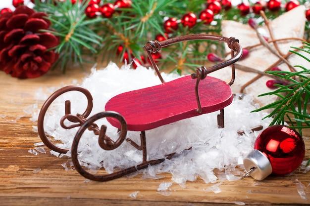 Weihnachtsaufbau mit pferdeschlitten